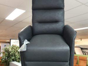 Actie relaxstoel incl staopfunctie van 999 nu 699 antraciet stof. Op=op.
